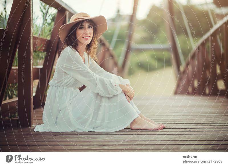 lächelndes Mädchen mit Hut Mensch Frau Ferien & Urlaub & Reisen Jugendliche Junge Frau schön Erholung ruhig Freude Erwachsene Gesundheit Gefühle feminin