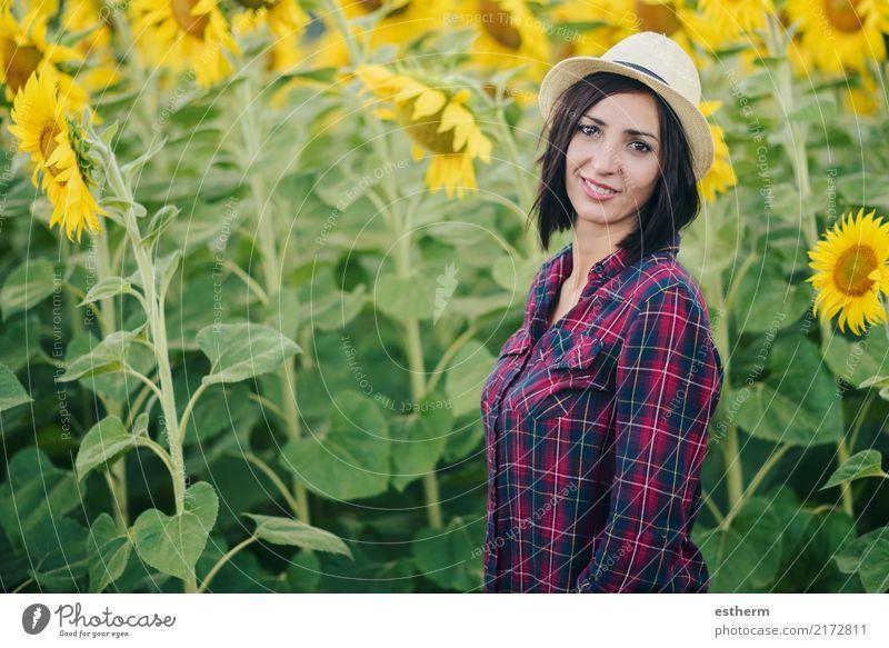 lächelndes Mädchen im Sonnenblumenfeld Mensch Frau Ferien & Urlaub & Reisen Jugendliche Pflanze Junge Frau Sommer schön ruhig Freude Erwachsene Lifestyle