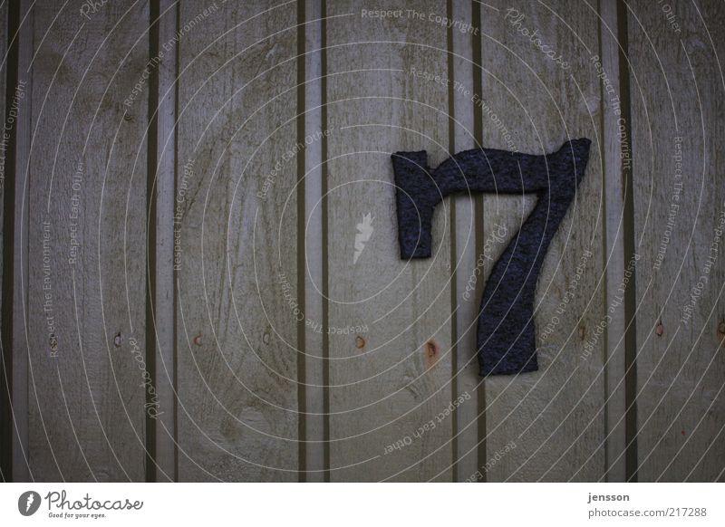 verflixte sieben Holz Metall Rost Traurigkeit alt Hausnummer Ziffern & Zahlen 7 Farbfoto Gedeckte Farben Nahaufnahme Detailaufnahme Strukturen & Formen