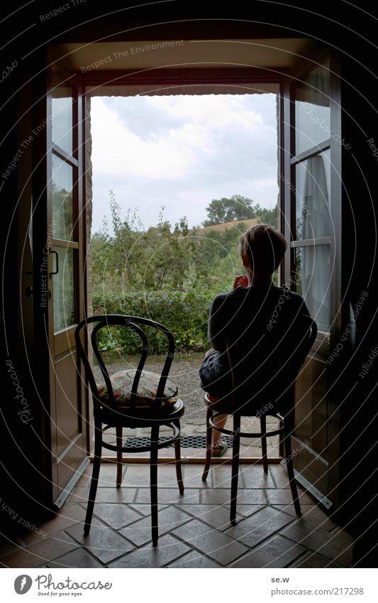 Lebensart (Toskana [2]) Sommer Stuhl Raum Frau Erwachsene 1 Mensch Weinberg Terrasse Fenster Tür Ferien & Urlaub & Reisen sitzen warten Häusliches Leben Ferne