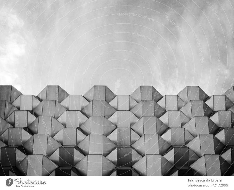 DDR-Fassade Stadt weiß ruhig Ferne schwarz Architektur Wand kalt Kunst Mauer grau Design Zufriedenheit Horizont Metall