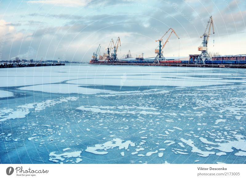 Frachthafen auf einem gefrorenen Fluss Himmel Natur blau weiß Sonne Landschaft Meer Winter Schnee Business Wasserfahrzeug Verkehr Europa Industrie Frost