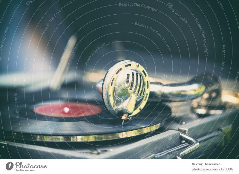 Vintage-Grammophon mit einer Platte Teller Stil Design Spielen Tisch Entertainment Musik Diskjockey Tanzen Reitsport Technik & Technologie Mann Erwachsene Kunst