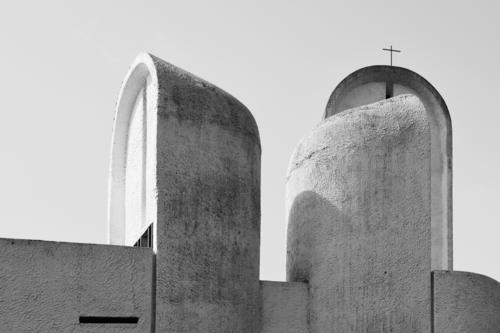 Notre Dame du Haut II Religion & Glaube Architektur Wand Kunst Mauer außergewöhnlich grau Design Horizont modern Kirche ästhetisch stehen Perspektive