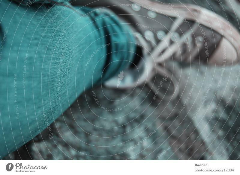 Chucks Beine Fuß Punk Hose Jeanshose Schuhe Turnschuh Stein sitzen warten dreckig blau grau Gelassenheit Steinboden Farbfoto Außenaufnahme Tag Unschärfe