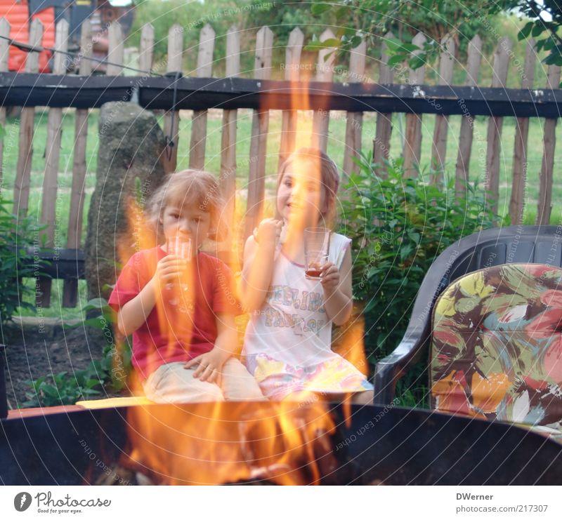 ... und traust dich nich? Mensch Kind Mädchen Landschaft Wärme Garten Familie & Verwandtschaft Freundschaft Kindheit sitzen Freizeit & Hobby Fröhlichkeit Feuer Getränk Schönes Wetter Kleid