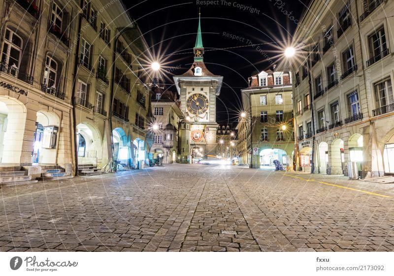 Zytglogge in Bern Kanton Bern Hauptstadt Schweiz Uhr Nacht Langzeitbelichtung Menschenleer Pflastersteine Kopfsteinpflaster Altstadt Licht Blendensterne Abend