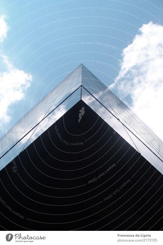 Das fliegende Hochhaus I New York City Amerika USA Menschenleer Bankgebäude Glas Metall bedrohlich eckig hoch oben Stadt blau schwarz Kraft Macht Design
