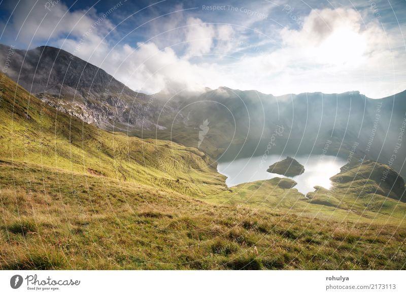 helles Sonnenlicht über alpinem See im Herbst, Bayern Ferien & Urlaub & Reisen Berge u. Gebirge wandern Natur Landschaft Himmel Wolken Nebel Wiese Hügel Felsen
