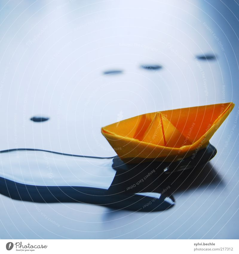 ich lasse mich treiben ... Bootsfahrt nass blau ruhig Erholung Wasserfahrzeug Papierschiff orange Farbfoto mehrfarbig Innenaufnahme Detailaufnahme