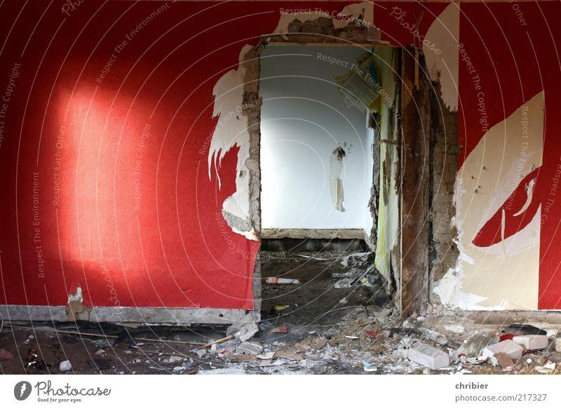 Gute Stube alt rot Haus Wand Innenarchitektur Mauer Raum Tür Wohnung dreckig trist kaputt Bodenbelag Vergänglichkeit Umzug (Wohnungswechsel) Verfall
