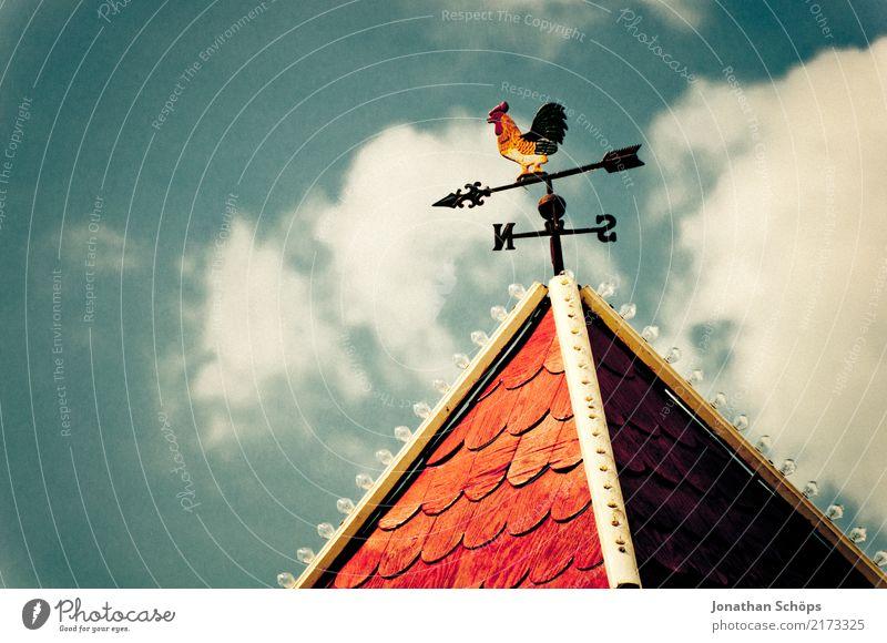 Wetterhahn Himmel Haus Wolken Beleuchtung Lampe Vogel Wind Dach Jahrmarkt altehrwürdig Süden Blauer Himmel Entscheidung Norden Entschlossenheit
