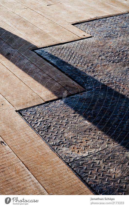 Holz- und Metallboden Stadt eckig einfach fest braun grau Strukturen & Formen Boden Bodenbelag Bodenplatten Schattenspiel Schattenseite Sonnenstrahlen Balkon
