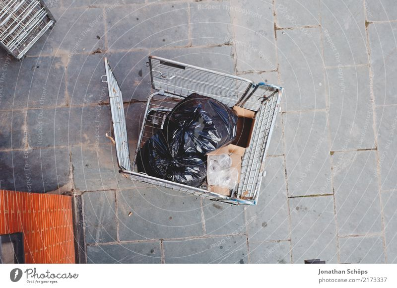 Müll in London Stadt dreckig England Großbritannien Vogelperspektive Steinplatten Müllsack Hinterhof Hof Gitter Wagen Lager Lagerplatz Güterverkehr & Logistik