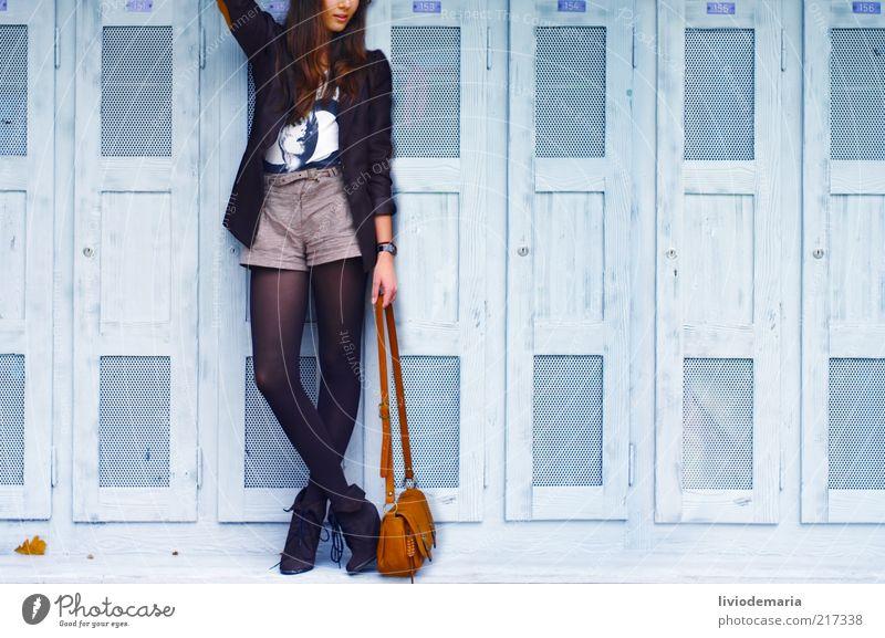 she's got the look Lifestyle Stil Model Laufsteg feminin 1 Mensch 18-30 Jahre Jugendliche Erwachsene Herbst Bekleidung Hose Strümpfe Jacke Armbanduhr Tasche