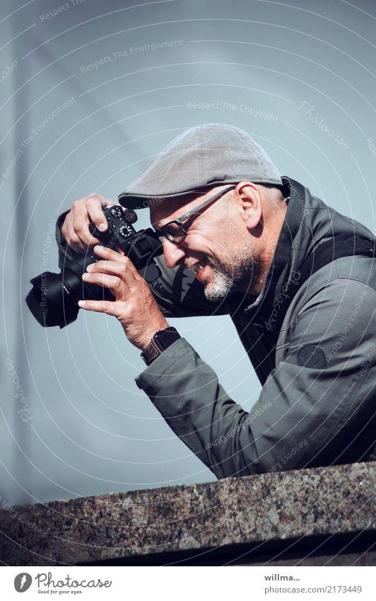 Männlicher Fotgraf mit Kamera Freizeit & Hobby Fotografieren Medienbranche Fotokamera Mensch maskulin Mann Erwachsene Oberkörper Brille Hut Bart entdecken