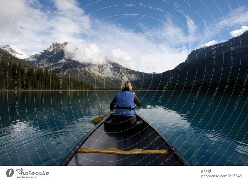 das Ufer wechseln Freizeit & Hobby Ferien & Urlaub & Reisen Ausflug Abenteuer Berge u. Gebirge Frau Erwachsene 1 Mensch Natur Landschaft Wasser Himmel Wolken