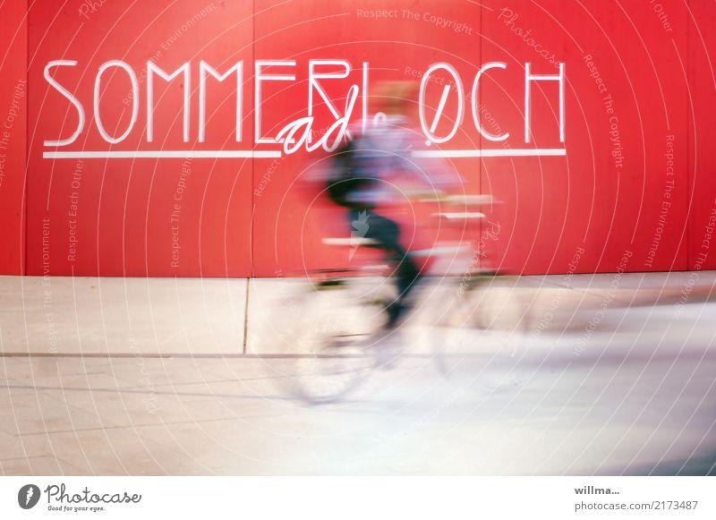 Radfahrer fährt schnell durch das Sommerloch Fahrradfahrer Fahrradfahren Geschwindigkeit Langzeitbelichtung Freizeit Wand Schriftzeichen und Buchstaben Text