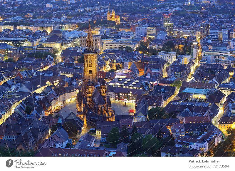 Freiburg von oben Tourismus Freiburg im Breisgau Deutschland Baden-Württemberg Europa Kleinstadt Stadt Stadtzentrum Altstadt Haus Kirche Bauwerk Architektur