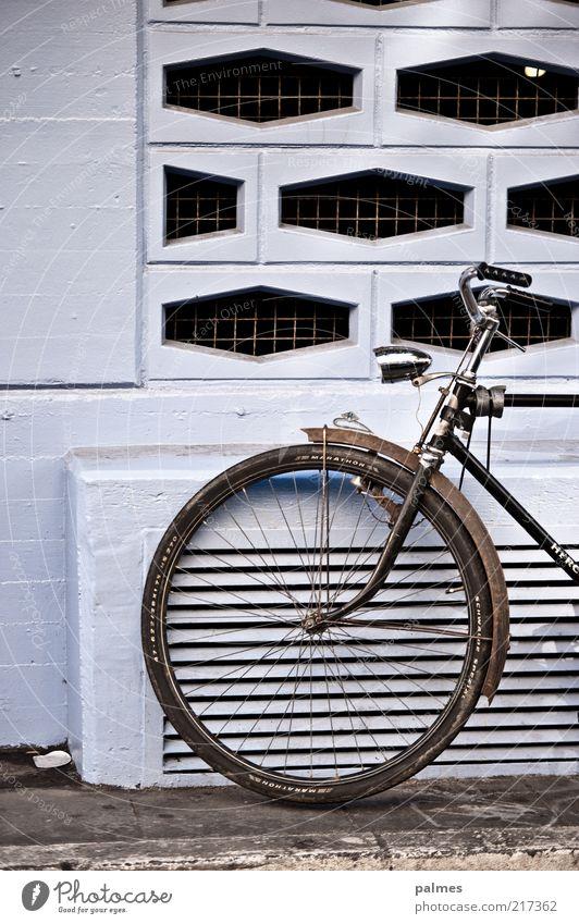 Formsache Stil Verkehrsmittel Fahrrad Beton Metall Stahl einfach Farbfoto Außenaufnahme Muster Bildausschnitt Anschnitt Detailaufnahme Rad Fahrradlicht