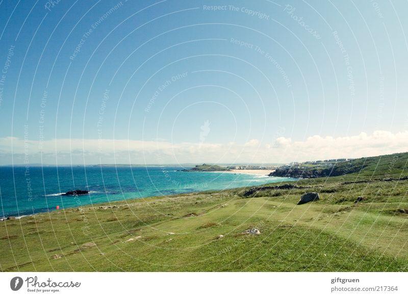 cornish hills Umwelt Natur Landschaft Wasser Himmel Sommer Wetter Schönes Wetter Gras Wiese Hügel Küste Strand Bucht Meer Insel blau grün England Großbritannien