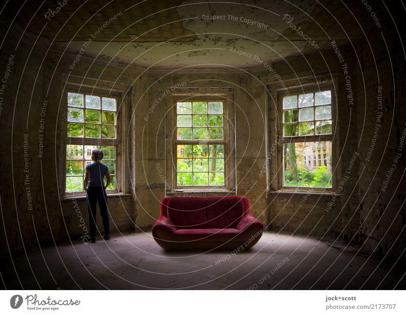 Lost und Sofa Stil Innenarchitektur Raum Frau Erwachsene 1 Mensch 45-60 Jahre Ruine Fenster stehen dreckig historisch Gefühle Stimmung Zufriedenheit Symmetrie