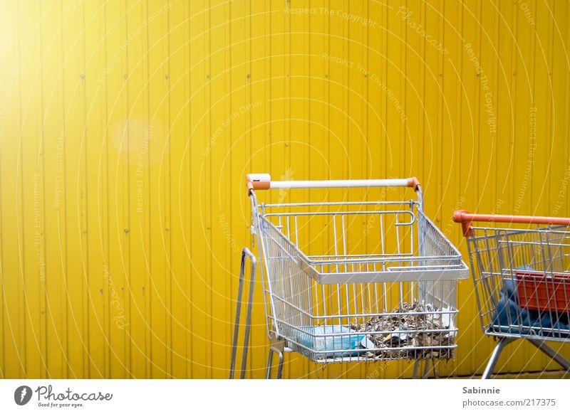 Schoppin' kaufen Handel Einkaufswagen Metall Kunststoff gelb rot silber Konsum Müll Gitter Griff Wirtschaftskrise Farbfoto mehrfarbig Außenaufnahme