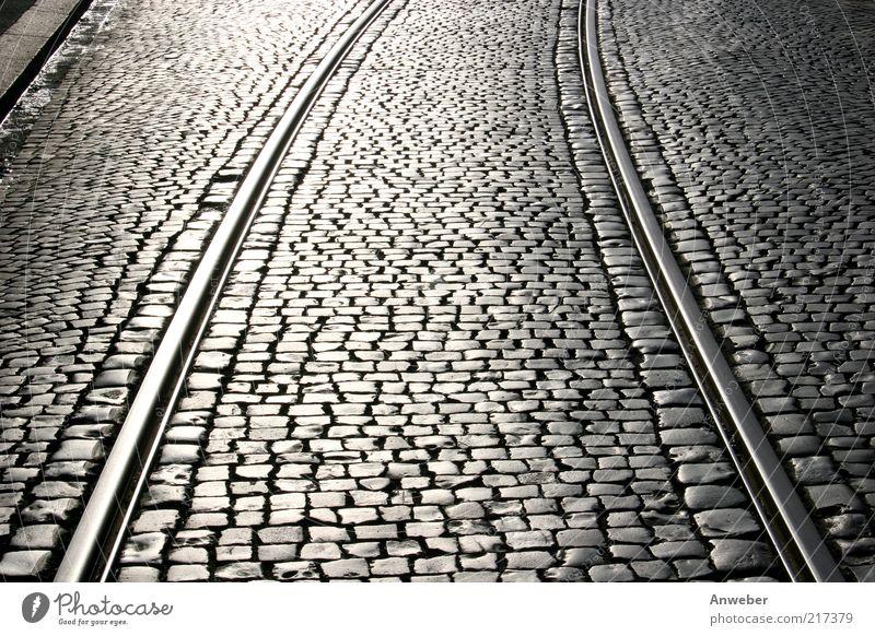 Traute Zweisamkeit alt weiß schön schwarz Straße Stein Metall Deutschland Verkehr Europa Gleise Verkehrswege Kopfsteinpflaster parallel Kurve Straßenverkehr