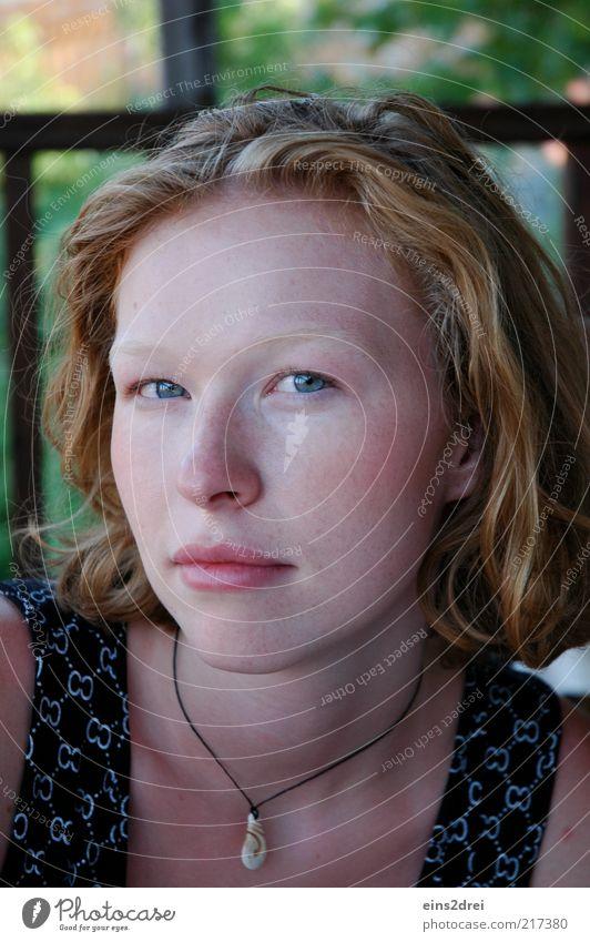 Frau und Sommer Mensch Natur Jugendliche schön grün rot Gesicht Erholung feminin Fenster Haare & Frisuren Zufriedenheit Kraft Haut