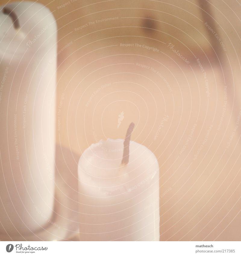 mädchenfoto harmonisch Dekoration & Verzierung Kerze Holz hell Wärme weiß Kerzendocht Kerzenständer Dielenboden Holzfußboden Licht Farbfoto Gedeckte Farben