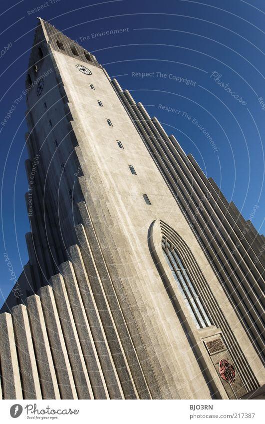 Das Licht machts | Iceland Himmel Wolkenloser Himmel Schönes Wetter Hauptstadt Kirche Architektur Sehenswürdigkeit Stein Beton modern blau Religion & Glaube