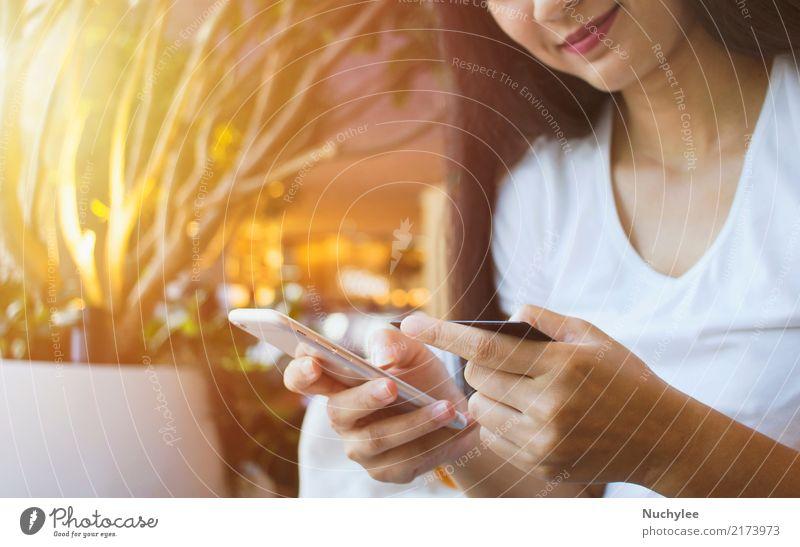 Frau Mensch Hand Erwachsene Lifestyle Glück Business Technik & Technologie Lächeln genießen kaufen Geld Information Telefon Postkarte Internet