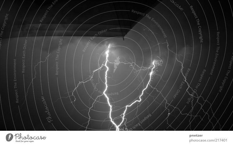 Blitze Umwelt Natur Urelemente Luft Wasser Gewitterwolken Nachthimmel Winter Klima Klimawandel Wetter schlechtes Wetter Unwetter Wind Sturm außergewöhnlich