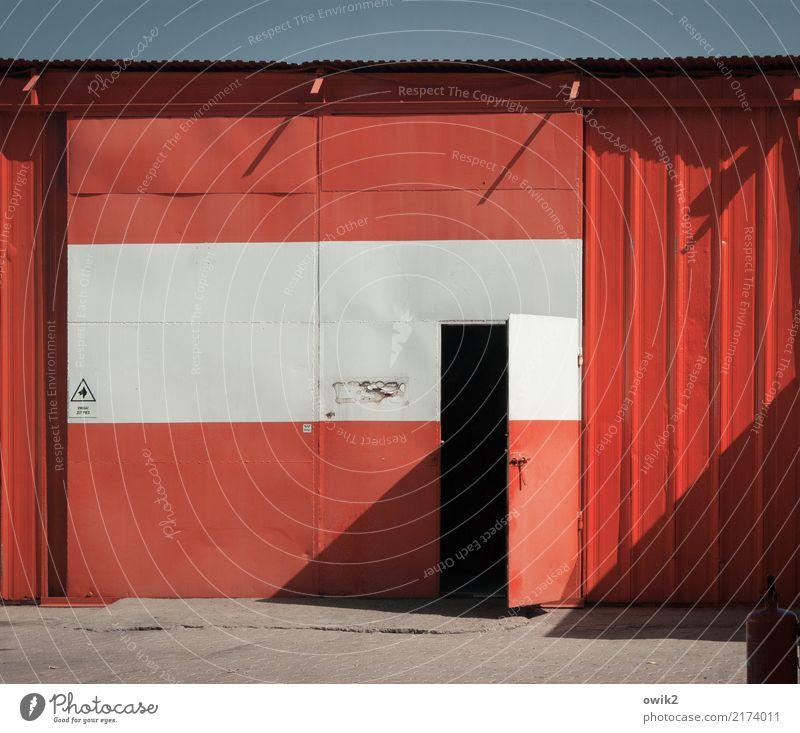 Uwaga Wolkenloser Himmel Polen Osteuropa Gebäude Autowerkstatt Blech Mauer Wand Fassade Tür Schriftzeichen Schilder & Markierungen Fröhlichkeit rot weiß offen