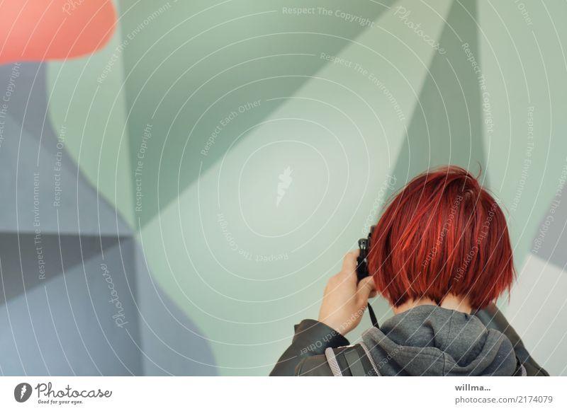 Rothaarige junge Frau beim fotografieren von Kunst Junge Frau Fotografieren Hobby Freizeit rothaarig kurzhaarig Reporter Fotokamera Mensch Jugendliche