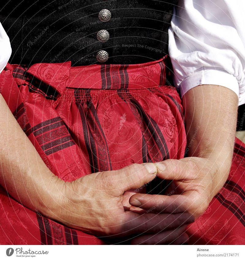 die Hände in den Schoß legen Feste & Feiern Oktoberfest Jahrmarkt Tracht Trachtenkleid Mensch feminin Frau Erwachsene Leben Arme Hand Oberkörper 1 Bekleidung