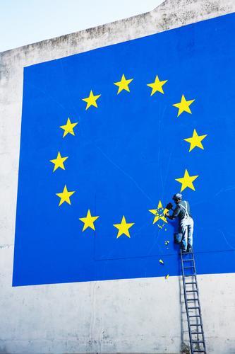 Brexit , Grexit, ...exit ... Handwerker Leiter 1 Mensch Mauer Wand Zeichen Graffiti Eurozeichen Europa-Emblem Stern (Symbol) Arbeit & Erwerbstätigkeit blau gelb
