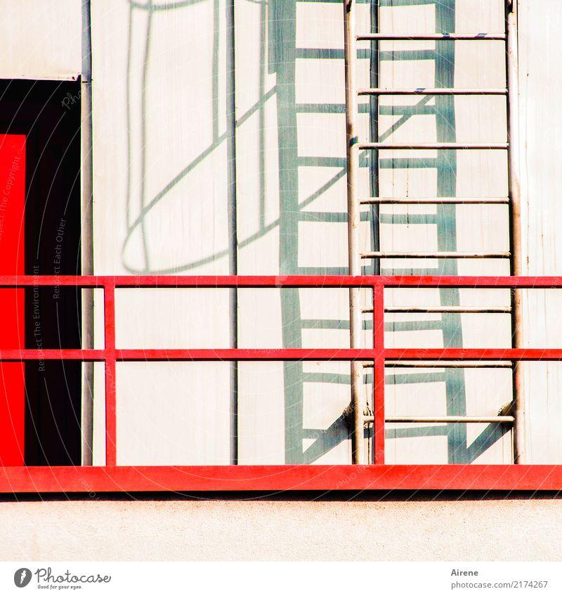 Auswege Mauer Wand Fassade Balkon Leiter Notausgang Leitersprosse Hintertür Beton Metall Stahl Linie rot schwarz weiß durcheinander Farbfoto Außenaufnahme