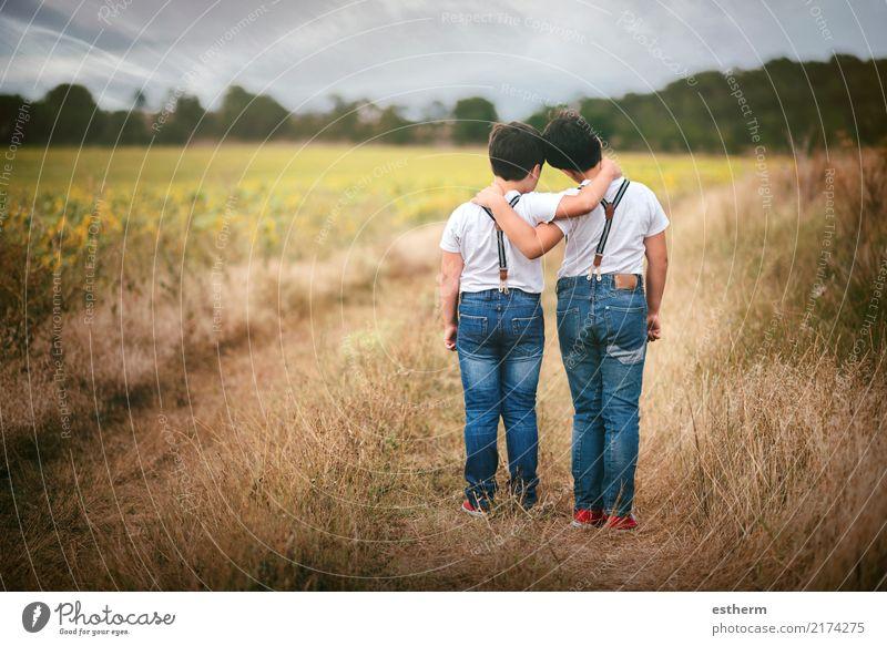 Kind Mensch Natur Liebe Gefühle Wiese Junge Familie & Verwandtschaft Zusammensein Freundschaft Zufriedenheit maskulin Feld Kindheit Lächeln Fröhlichkeit