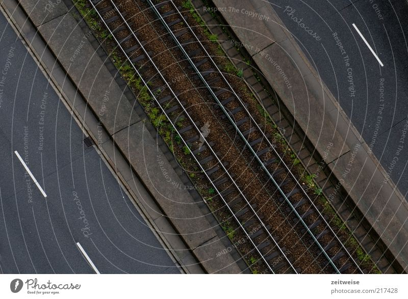 weg Menschenleer Verkehrswege Öffentlicher Personennahverkehr Straßenverkehr braun grau Straßenbelag Gleise Schienennetz Mittelstreifen Farbfoto Gedeckte Farben