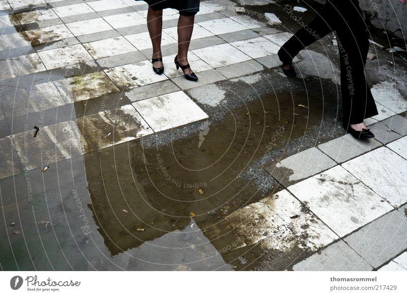 Stadt Straße Arbeit & Erwerbstätigkeit feminin Bewegung Schuhe dreckig gehen elegant laufen Bekleidung rennen Hose Gesellschaft (Soziologie) Fußgänger Blick