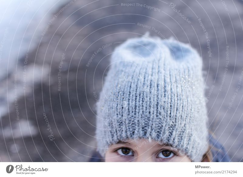 kleiner spion Mensch Mädchen 1 8-13 Jahre Kind Kindheit Blick beobachten Auge Mütze Winter Blick in die Kamera verstecken Wollmütze kalt spionieren Spitzel