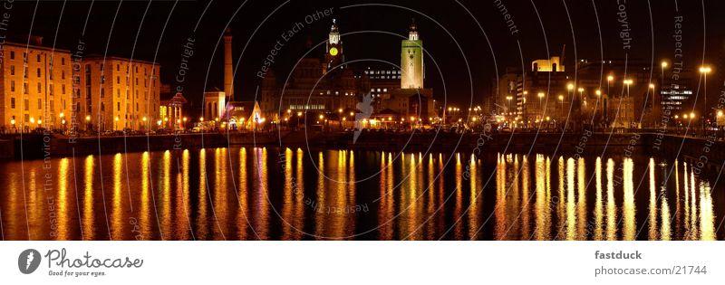 Liverpool Docks die 2te Wasser rot gelb Architektur England Großbritannien