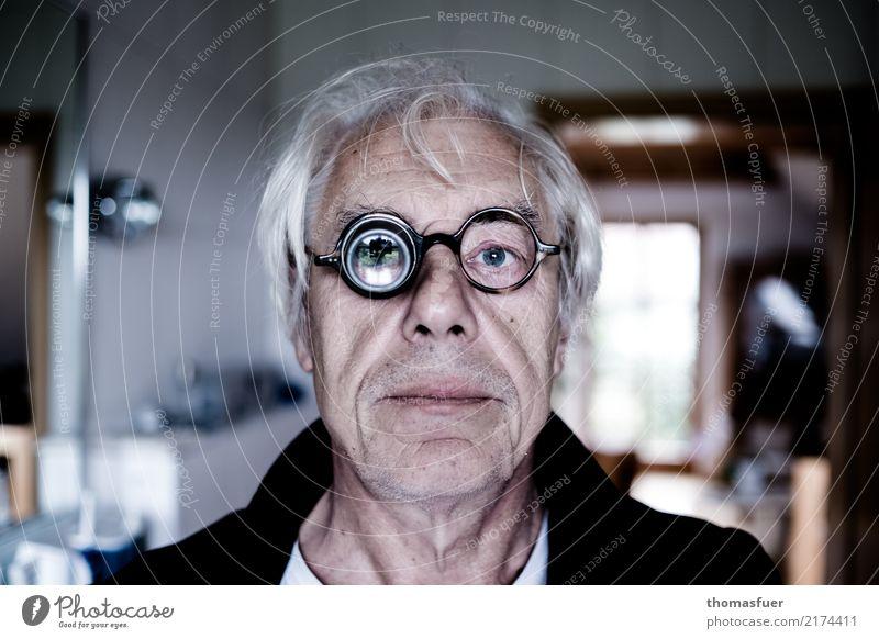 Mann, Brille, Lupe Seniorenpflege Krankheit Mensch maskulin Männlicher Senior Kopf Auge 1 60 und älter alt verrückt trashig Wachsamkeit Frustration Kontrolle