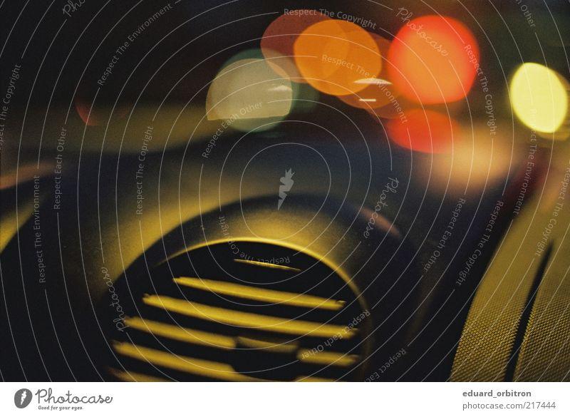 Hidebehind PKW fahren Autofahren Lichtspiel Anschnitt Bildausschnitt Lichtpunkt Blendenfleck Farbfleck KFZ Lüftung Farbenspiel Lichtfleck Armaturenbrett Armatur Stadtlicht