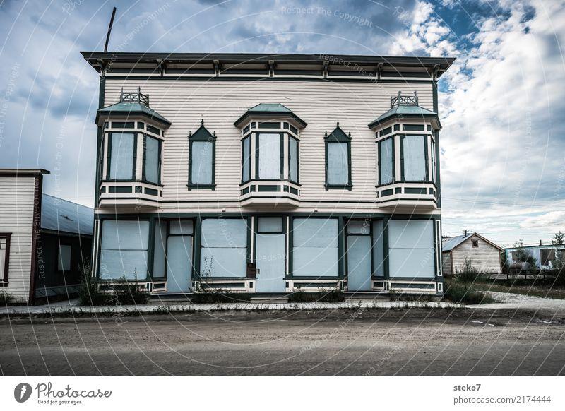 Dawson City blau Haus Straße grau Fassade trist Vergänglichkeit Vergangenheit Verfall Kleinstadt stagnierend Misserfolg Endzeitstimmung Alaska Yukon