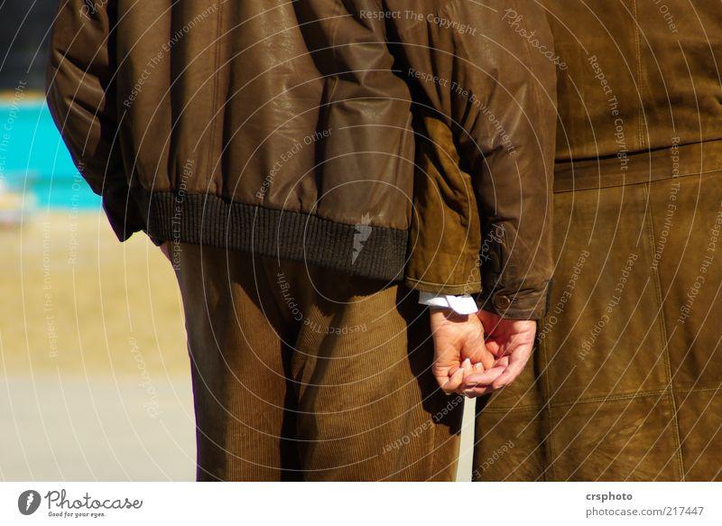 Leder ohne Lack Glück Mensch maskulin Frau Erwachsene Mann Freundschaft Paar 2 Rock Hose Jacke berühren genießen braun Lebensfreude Vertrauen Sympathie