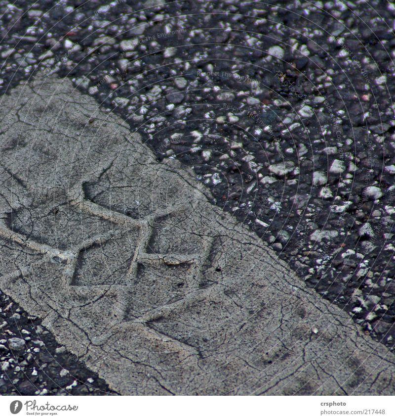 Eindrücklich alt Straße grau dreckig Hintergrundbild Asphalt Streifen Riss Reifenprofil Anschnitt Bildausschnitt Kieselsteine Spuren Abdruck Reifenspuren