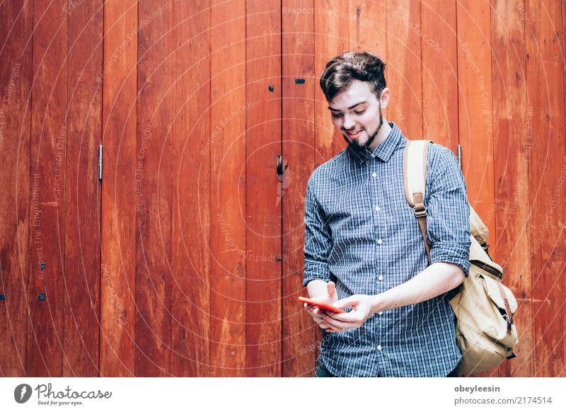 Porträt eines glücklichen Mannes benutzen sein Telefon im Markt Mensch Frau Sommer weiß Hand Freude Gesicht Erwachsene Leben Lifestyle lustig Glück Freiheit