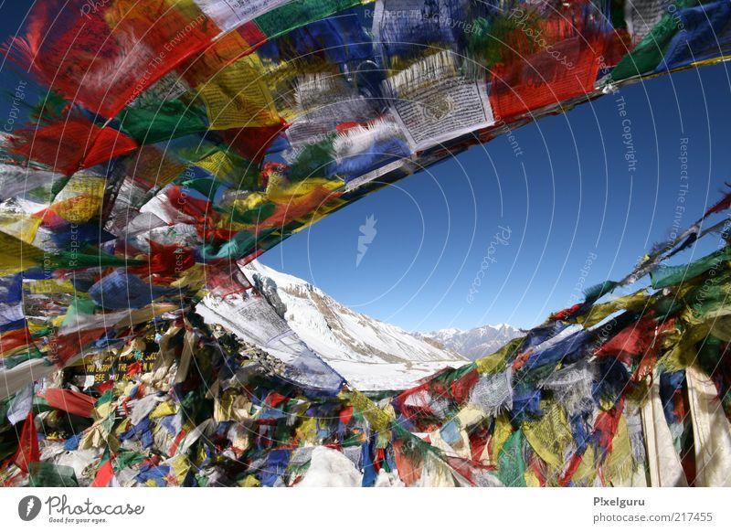 Windpferde Himmel blau Landschaft Schnee Berge u. Gebirge Wege & Pfade Luft Felsen natürlich Schriftzeichen authentisch viele Fahne Unendlichkeit Zeichen Schönes Wetter